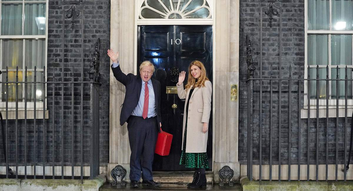 Optimistischer Premier: Boris Johnson und Partnerin Carrie Symonds vor Number 10 Downing Street. Foto: GettyImages.